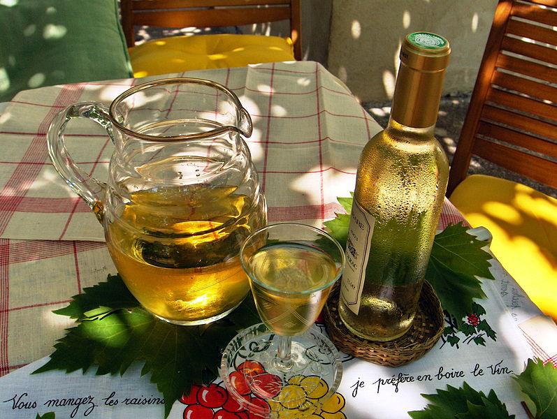 797px-Le_Petit_vin_blanc_de_Nogent_-_White_light_local_wine_of_Nogent