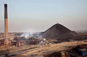 Grande cheminée et usine de la Gécamines Crédit photo-nyota.net